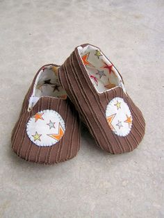Awesome little baby shoes!  The pattern isn't free, but I bet I could figure out how to make something like this by messing around with some fabric a little...