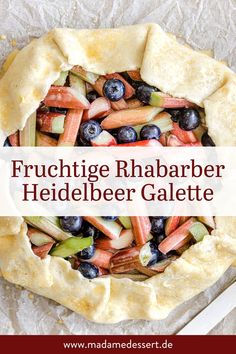 Einfaches Rezept für Rhabarber Heidelbeer Galette mit blättrig-knusprigem Boden, fruchtig-säuerlicher Füllung & cremigem Vanilleeis.