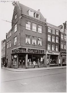 1960's. De Gruyter grocery store at the Haarlemmerstraat in Amsterdam. De Gruyter was a grocery store chain operating across the Netherlands in the 19th century and 20th century (until 1976). At the peak the company employed more than 550 shops and almost 7,500 employees. The downturn came when De Gruyter in the 1960's not quick enough transitioned to the modern supermarket model. #amsterdam #1960 #Haarlemmerstraat