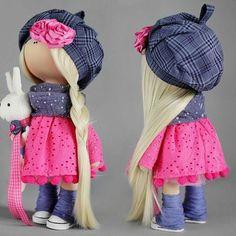 Девочка не продается. Но, в наличии есть 5 наборов. Повторю еще раз, наборы рассчитаны на девочек, посещавших мои мк. Но, если вы готовы разбираться самостоятельно - милости прошу! В набор входит: 1.Тело, руки, ноги и голова. Сшитые и набитые  2. Абсолютно все ткани для одежды, трикотаж для головы, ткани для кофточки зайца, берета, шарфа. 3. Обувь, волосы, заяц. 4. Цветы, пуговки для пришивания ног, пуговки для обтягивания и ткань для них же, лента. 5. Выкройки и инструкции в набор не…