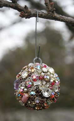 Tips to renew your Christmas spheres - Tips to renew your Christmas spheres - Costume Jewelry Crafts, Vintage Jewelry Crafts, Costume Necklaces, Vintage Jewellery, Jewelry Christmas Tree, Jewelry Tree, Christmas Spheres, Christmas Decorations, Christmas Ornaments