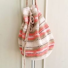 crochet handbags Try this super easy and free crochet handbag pattern. The seaside handbag pattern is very straight forward yet so elegant and suitable for any summer trip outfit. Crochet Beach Bags, Crochet Market Bag, Crochet Tote, Crochet Handbags, Crochet Purses, Crochet Slippers, Crochet Baby, Chevron Crochet, Crochet Purse Patterns
