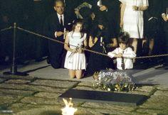 Funeral Of Robert Kennedy. Les obsèques de Robert 'Bob' KENNEDY au cimetière national d'Arlington, le 8 juin 1968. Après l'inhumation, Caroline, John John et leur mère Jackie se recueillent sur la tombe de John Fitzgerald Kennedy, qui repose à quelques mètres de son frère.