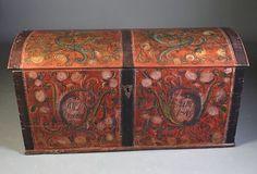 Rosemalt kiste med rød bunnfarge, eiernavn og dat. 1849. L: 119 cm., restaurert.