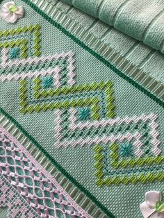 Stepped Running Stitch In Hand Embroidery (Step By Step & Video) Bargello Needlepoint, Broderie Bargello, Bargello Patterns, Swedish Embroidery, Hardanger Embroidery, Embroidery Stitches, Hand Embroidery Flowers, Hand Embroidery Designs, Embroidery Patterns
