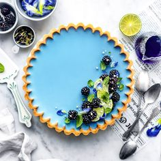 A slice of this refreshingly sweet and tangy tart will leave your eyes and taste buds in awe! The stunning color of this Lime Custard Tart with a Sweet Butterfly Pea Jelly Blue Desserts, Vegan Desserts, Butterfly Pea Flower Tea, Butterfly Food, Food Inc, Chocolate Caliente, Custard Tart, Blue Food, Flower Food