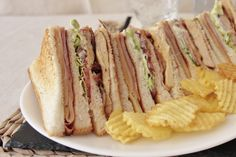El sándwich club, también conocido como Sándwich Clubhouse dicen que nació en el Saratoga Clubhouse de Nueva York allá por finales del siglo XIX. A día de hoy, es un clásico en las cartas de muchas cafeterías y restaurantes de comida rápida, aunque lo cierto es que de esas recetas que cada uno interpreta a …