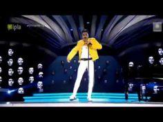 """Mariusz Totoszko jako Freddie Mercury śpiewający utwór """"Bohemian Rhapsody"""""""