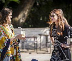 Sofia oferece uma caipirinha à Eliza (Foto: Inácio Moraes/Gshow)