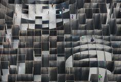 Gijs Van Vaerenbergh crea una instalación laberíntica en el Centro de Artes en Genk