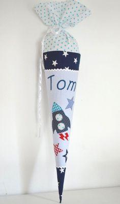 Personalisierte , stoffbezogene Schultüte von Nanilu!  Die Schultüte ist mit eine sehr aufwändige Raketenapplikation  und mit Eurem Wunschnamen bestickt.Gerne kann das Schuldatum auch gestickt...