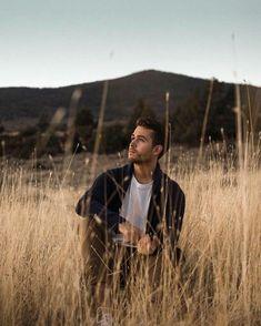 Outdoor Portrait Photography, Portrait Photography Poses, Outdoor Portraits, Photography Poses For Men, Guitar Photography, Photos Portrait Homme, Photo Portrait, Male Models Poses, Male Poses
