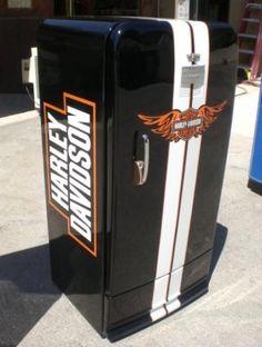 Para hacernos la vida más feliz Harley DAvidson nos da este bello refrigerador para guardar las cheves.