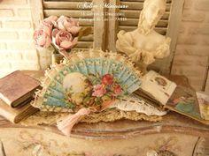 Éventail miniature victorien XIXe bleu, Frise de roses, Pompon rose pâle, Boudoir français, Accessoire de maison de poupée à l'échelle 1/12 by AtelierMiniature on Etsy