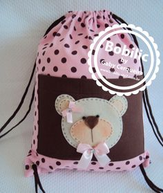 Mochila Ursinha Marrom com Rosa - Bobilic Atelier Felt Cushion, Art And Hobby, Animal Bag, Diy Bags Purses, Patchwork Baby, Bear Party, Felt Baby, Baby Kind, Stuffed Animal Patterns