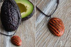DIY: Kettenanhänger aus Avocado-Kern  #alittlefashion #diy #kette #anhänger #schmuck #avocado #basteln #schnitzen #creative #kreativ #idee #diy #deko #decoration #trend #tutorial #anleitung #selbermachen #filizity