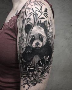Tatuagem feita por Gabriela Arzabe de Brasília.    Panda em blackwork no meio de bambus.