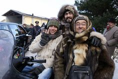 Valentino Rossi, Luciano Pavarotti e Lucio Dalla su una motoslitta a un evento di beneficienza vicino a Modena, 18 gennaio 2006 (Photo credit should read NICO CASAMASSIMA/AFP/Getty Images)