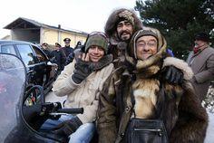 Valentino Rossi, Luciano Pavarotti e Lucio Dalla su una motoslitta a un evento di beneficienza vicino a Modena, 18 gennaio 2006 (Photo credit should read NICO CASAMASSIMA/AFP/Getty Images)
