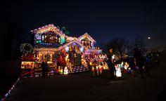 Decori di Natale di una casa nel Queens, New York.    (Reuters/Shannon Stapleton)