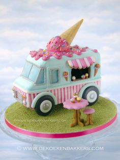New advanced class project! A vintage Ice Cream Truck all made out of gingerbread and decorated with royal icing. For class info: info@dekoekenbakkers.com