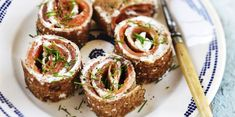 Rolls de galette au fromage frais saumon et ciboulette facile et rapide : découvrez les recettes de Cuisine Actuelle Calories, Finger Foods, Entrees, Sushi, Ethnic Recipes, Cocktail, Philly Cream Cheese, Cooker Recipes, Flat Cakes