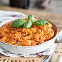 Mit Brot, Olivenöl, frischen Tomaten und frischen Kräutern kannst du dir ganz schnell einen köstlichen Brei zaubern und dir die Toskana nach Hause holen.