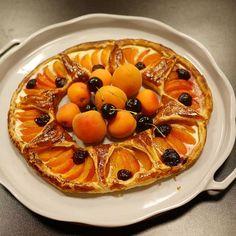 Hé hop, une tarte couronne abricots et cerise à partager en dessert 🍊 #abricocorico #instamiam #instagood #abricots #apricot #eatdessertfirst #dessert #faitmaison #homemadefood Pie, Desserts, Instagram, Food, Cherry, Home Made, Atelier, Torte, Tailgate Desserts