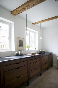 """Una casa de camp reformada amb un autèntic """"total look"""" escandinau. Com de costum predominen les fustes (en aquest cas han optat per roure f..."""