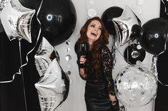 Девичник в стиле Глэм Рок   Фотозона   Серебряные фольгированные звезды   большие черные шары прозрачные шары с конфетти   Glam rock silver foil star big balloon bridal shower party ideas