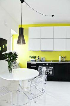 Sillón Ghost en una cocina integrada: donde se dispone de un espacio pequeño para el comedor, nada mejor que mobiliario transparente.