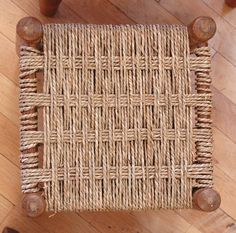 Folk art and crafts school Diy Furniture Building, Furniture Repair, Furniture Makeover, Outdoor Dining Chairs, Old Chairs, Sisal, Parachute Cord Crafts, Chair Repair, Macrame Chairs