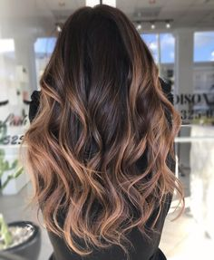 60 Looks with Caramel Highlights on Brown and Dark Brown Hair Balayage Hair Blonde Brown Cara caramel Dark Hair highlights Black Brown Hair, Light Brown Hair, Black Hair Ombre, Hair Color Brown, Dark Brown To Light Brown Ombre, Black To Blonde Hair, Burgundy Hair, Hair Colour, Blue Hair
