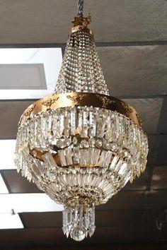 LUSTRE de forme montgolfière à 6 lumières en bronze doré à décor