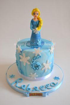 Torta Elsa Frozen: con personaggio ed elementi decorativi interamente modellati a mano e personalizzati
