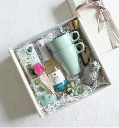 Super birthday box present diy gifts ideas Bff Gifts, Cute Gifts, Gifts For Friends, Holiday Gifts, Gift Hampers, Gift Baskets, Birthday Box, Birthday Gifts, Diy Cadeau Noel