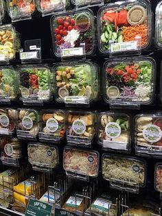 Whole foods market kahala Salatbar Salad Packaging, Food Packaging Design, Cafe Menu, Cafe Food, Whole Foods Market, Food To Go, Food And Drink, Vegetable Packaging, Vegetable Shop