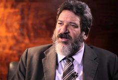 Mario Sergio Cortella é filósofo, educador, palestrante e professor universitário. Cortella também é autor de diversas obras no campo da Filosofia e