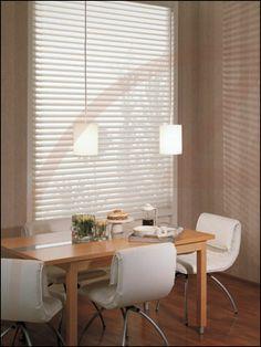 Zonnelux raamdecoratie; Silhouette gordijnen. Stijlvol en exclusief met de warmte en comfort van gordijnen en vitrages. Lichtinval kan door de lamellen naar wens worden afgestemd.