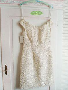 Ein romantisches, cremefarbenes ♥ Brautkleid ♥ mit Reißverschluß, aus alten Zeiten mit wunderschöner ♥♥ Spitze ♥♥ Das Kleid hat die Grösse 36 und e...