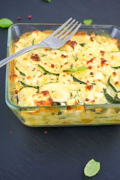 Low Carb Zucchini Auflauf mit Feta - Rezept zum Abnehmen Healthy Dinner Recipes, Low Carb Recipes, Diet Recipes, Vegan Mac And Cheese, Law Carb, Low Carb Diet, Quiches, Eating Plans, Food And Drink
