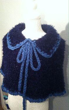 CAPITA COQUETA - TEJIDA CON DEDOS fácil y rápido - Tejiendo con LAURA CE... Knitted Shawls, Crochet Shawl, Knit Crochet, Frozen Crochet, Cloak, Collars, Crochet Necklace, Crochet Patterns, Knitting