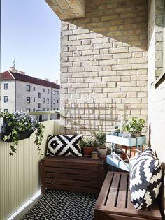 Pour aménager votre balcon : des banquettes improvisées avec des planches de bois