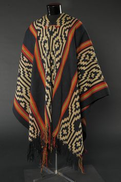 Poncho  mapuche  .   Museo Histórico Nacional Clothing Patterns, Fabric Patterns, Tablet Weaving, Textiles, Ethnic Patterns, Festival Dress, Fashion Sewing, Sleeve Designs, Traditional Dresses