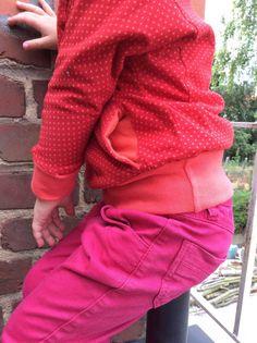Een vurige Julia, Mijn eerste Julia-Sweater, 1'tje met tunnelzak in de omgekeerde kant van de stof. Het zal zeker niet de enige blijven, zowel dochterlief als mama zijn...  #contest2015 #Juliasweater #plain&simple Check more at https://compagnie-m.com/blog/een-vurige-julia/