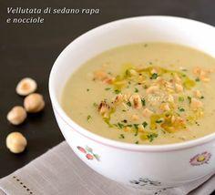 La vellutata di sedano rapa e nocciole è una crema a base di sedano rapa facile da preparare ma molto gustosa, da servire come primo piatto.