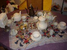 tea pots and tea cups ~ hmmm wonder if I'll have room for food trays LOL Alice Halloween, Alice Tea Party, Food Trays, Mad Hatter Tea, Spreads, Alice In Wonderland, Tea Pots, Buffet, Table Settings