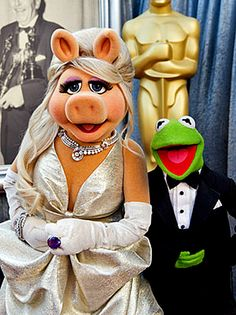 Miss Piggy & Kermit - 2012 Academy Awards (Miss Piggy is wearing a Zac Posen gown) #soclassy lol