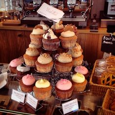 Vassilis just found this new one in the area of Porte de Namur. Shop Around, Mini Cupcakes, Coffee Shop, Desserts, Food, Coffee Shops, Tailgate Desserts, Coffeehouse, Deserts