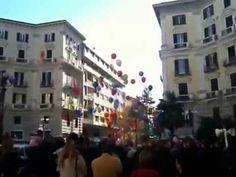 Napoli, piazza Vanvitelli: palloncini per la pace